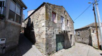 Casa de habitação em granito para recuperar em Santa Marinha